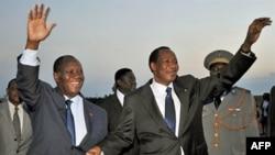 Tổng thống Cote D'Ivoire Alassane Ouattara (trái) chào đón Tổng thống Blaise Compaore của Burkina Faso tại phi trường Yamoussoukro, một ngày trước lễ nhậm chức, ngày 20 tháng 5, 2011