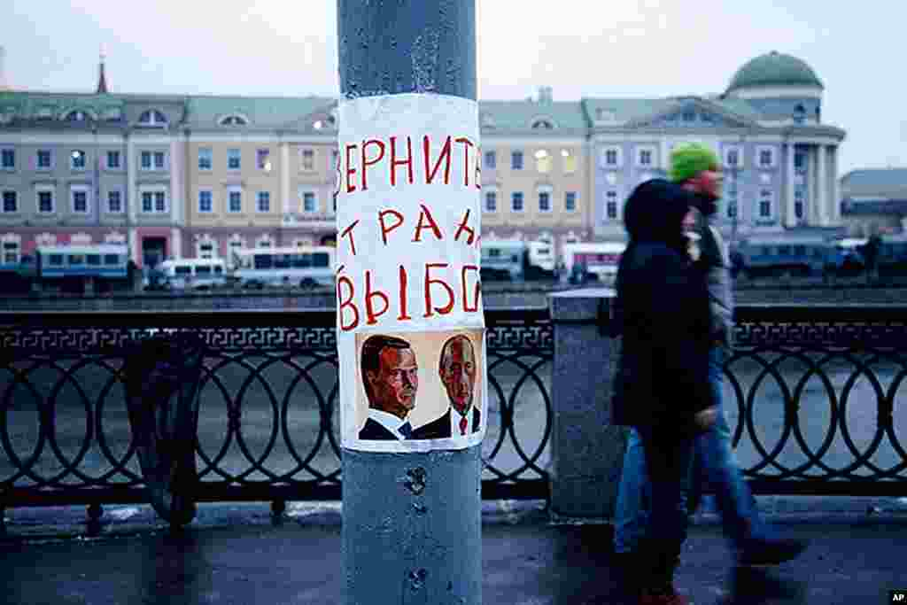 "A sign near Bolotnaya Square in central Moscow reads, ""Return elections to our country,"" December 10, 2011. (Y. Weeks)"