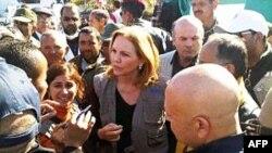Giám đốc Chương trình Lương thực Thế giới Josette Sheeran nói chuyện với những người Libya bỏ chạy lánh nạn tại khu vực biên giới sát với Tunisia