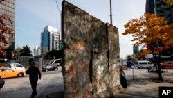 بخش هایی از دیوار برلین هنوز هم در شهر به چشم می خورد