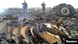 Ekipe hitne pomoći na mestu gde se srušio malezijski avion u mestu Grabovo