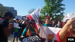 Protesters in front of the U.S. Supreme Court in Washington D.C. ahead of a landmark hearing on immigration, April 18, 2016. (E. Cherneff / VOA)