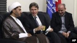 AQSh diplomati Tom Malinovskiy (o'rtada) Bahrayn muxolifati bilan uchrashuvda, 6-iyul, 2014