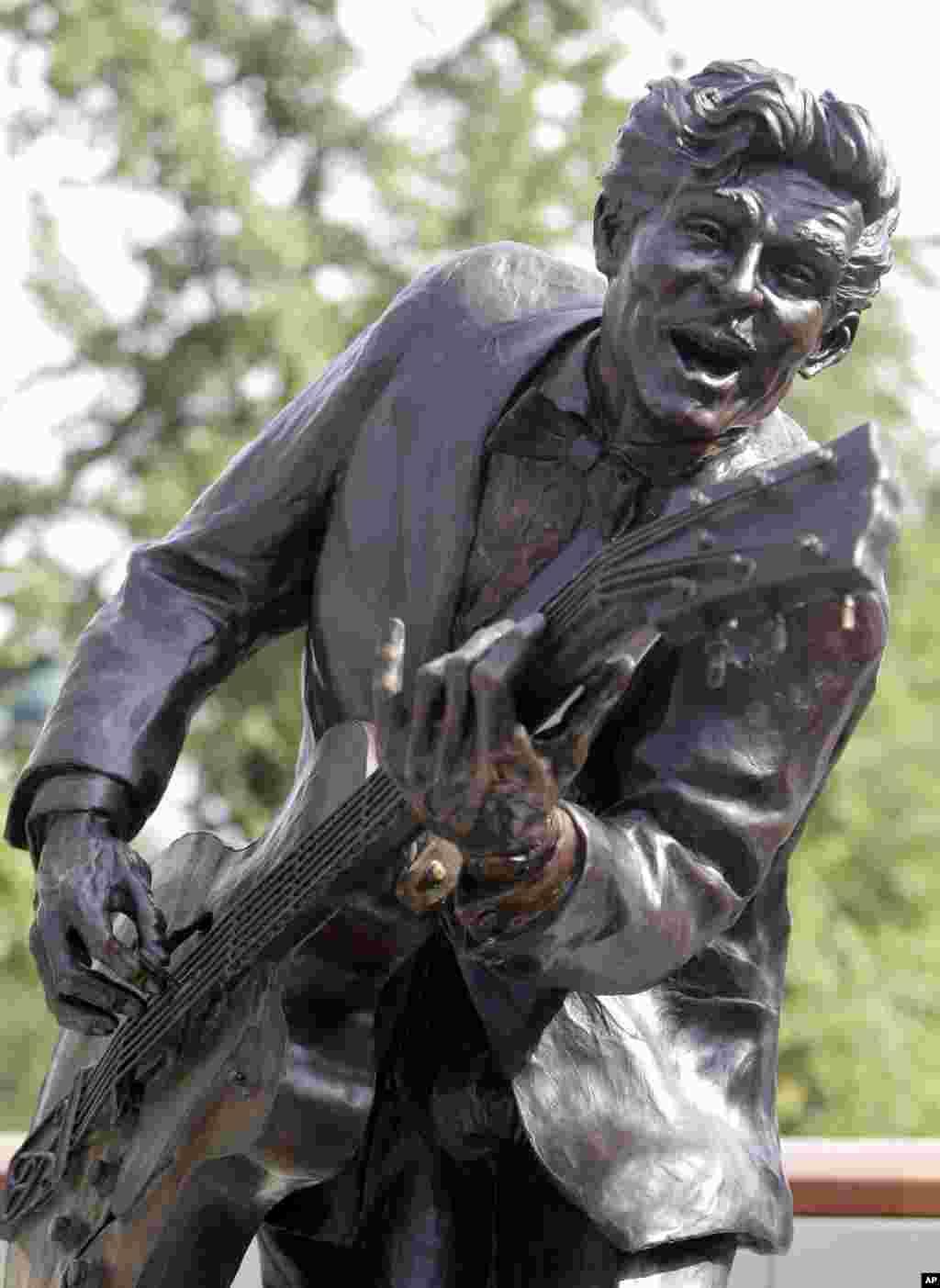 В июле 2011 в Юниверсити Сити, штат Миссури, установили бронзовую скульптуру Чака Берри - даже когда музыканту перевалило за 80, он продолжал регулярно выступать в местном клубе. (AP Photo/Jeff Roberson)