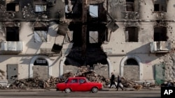 Gedung yang hancur di Vuhlehirsk, Ukraina timur (9/3). (AP/Vadim Ghirda)