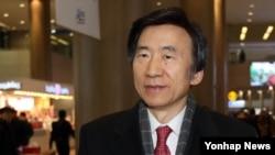 독일 방문을 마친 윤병세 한국 외교장관이 9일 영종도 인천국제공항을 통해 귀국하고 있다.