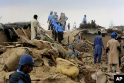 کارگران پاکستانی حین تخریب خانه های مهاجران افغان در اسلام آباد