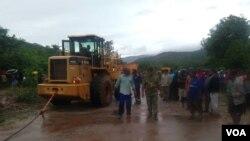 Babhajiwe akade bezama ukuyafika endaweni lapho abantu ababhekane khona lezulu uCyclone Idai.