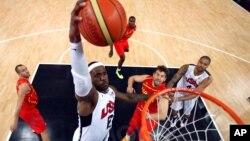 В атаке американский баскетболист Леброн Джеймс. Финальная игра США-Испания на Олимпиаде в Лондоне. 12августа 2012 г.