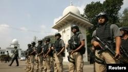 Nhân viên an ninh canh gác phía trước Tòa án tối cao Bangladesh ở Dhaka.