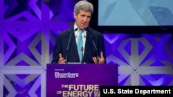 Menlu AS John Kerry memberikan pidato pada KTT Energi di New York, Selasa (5/4).