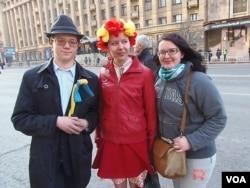 来自顿涅茨克的康察金娜(中)头戴象征着乌克兰的花环同友人在莫斯科合影 (美国之音白桦)