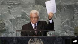巴勒斯坦权力机构主席阿巴斯手举巴勒斯坦至联合国的入联信函