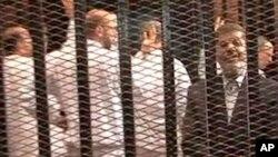 Svrgnuti egipatski predsednik u sudnici u Kairu (arhivski snimak)