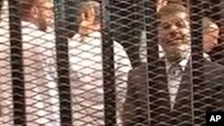 Mantan Presiden Mohammed Morsi (kanan), berbicara pada saat sidang pembacaan tuduhan November lalu (foto: dok).
