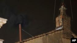 Khói đen bốc lên từ ông khói trên nóc nhà nguyện Sistine, chứng tỏ kết quả cuộc bỏ phiếu ngày đầu tiên chưa bầu được Giáo hoàng. Tân Giáo Hoàng phải được ít nhất 77 phiếu bầu trong số 115 Hồng Y dự mật nghị