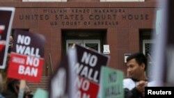 Decenas de personas llegaron para protestar hasta las afueras de la corte en Seattle, donde un panel de tres jueces define el futuro de la ley de prohibición de viaje del presidente Donald Trump.