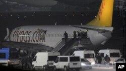 La televisión turca mostró imágenes del avión en la pista de aterrizaje, aislada del resto de la terminal aérea.