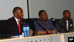 Kachiungo (esq.) e Samakuva (centro), durante o seu único debate, realizado em Luanda para o programa da Voz da América, Angola Fala Só