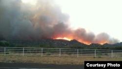 30일 애리조나주 야르넬 마을 근교에서 발생한 산불로 검은 연기가 피어오르고 있다.