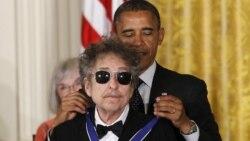 Top Ten Música na América: Bob Dylan não vai a Estocolmo mas aceita prémio Nobel