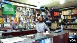 عبدالغدير محمد حسن، مالک یک فروشگاه لوازم التحریر کوچک در محله ميفر در ژوهانسبورگ