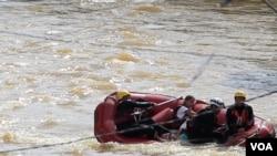 Los bomberos trabajan en el rescate de los habitantes de la ciudad de Franco da Rocha, en medio de las turbulentas aguas.