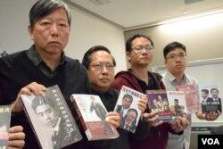 支聯會秘書李卓人展示銅鑼灣書店售賣的中國政治禁書。(美國之音湯惠芸攝)