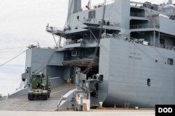 미첼 레드 클라우드 주니어 상병을 기리기 위해 '레드 클라우드 함'으로 명명된 미 해군의 병참화물수송선.