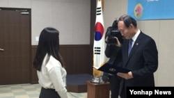 박승춘 한국 국가보훈처장(오른쪽)이 23일 열린 2016 제9기 '훈남훈녀 온라인 기자단' 발대식에서 임명장을 수여하고 있다.