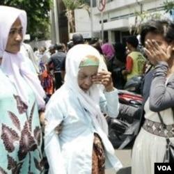Para keluarga dan kerabat menangisi anggota keluarga mereka yang tewas dalam insiden KMP Kirana 9 di Surabaya (28/9).