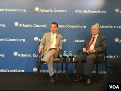 巴西驻美大使阿玛拉尔(右)6月26日在大西洋理事会讨论中国在拉美投资(美国之音叶林拍摄)