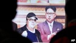 Hình lãnh tụ Bắc Triều Tiên Kim Jong Un (phải) và người anh cùng cha khác mẹ Kim Jong Nam, người bị nghi đã thiệt mạng trong một vụ ám sát tại Malaysia.