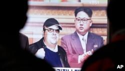 韩国首尔火车站的电视屏幕显示朝鲜领导人金正恩及其长兄金正男(左)的照片(2017年2月14日)