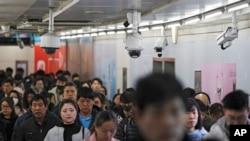 北京两座地铁站之间的通道中安装的监控镜头(2019年2月26日)