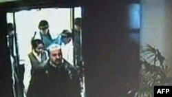 酒店闭路电视拍摄下的阿尔马伯进入酒店房间前情景