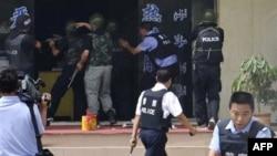 Cảnh sát Trung Quốc tìm cách bắt những kẻ bạo loạn và cứu con tin tại một trạm cảnh sát trong thành phố Hotan trong khu tự trịTân Cương trong vụ bạo động hôm 20/7/2011
