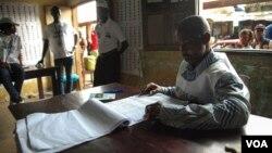 Bureau de vote à Conakry pour les élections présidentielles de 2015