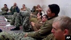 Los 10 marineros estadounidenses detenidos en Irán pasaron casi 15 horas bajo custodia iraní en la isla Farsi.