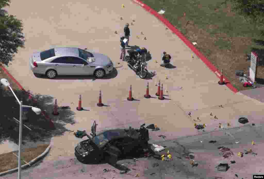 Foto dari udara menunjukkan mobil yang digunakan malam sebelumnya oleh dua pria bersenjata, yang tewas dibunuh polisi, sedang diinvestigasi oleh polisi lokal dan FBI di Garland, Texas (4/5). (Reuters/Rex Curry)
