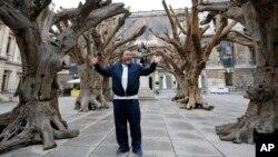 တ႐ုတ္ပန္းခ်ီပညာရွင္ Ai Weiwei အဂၤလန္ ေတာ္ဝင္အႏုပညာေက်ာင္းမွာ ျပပြဲလုပ္စဥ္။ (စက္တင္ဘာ ၁၅၊ ၂၀၁၅)