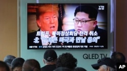 Donald Trump i Kim Jong Un na TV ekranu u Seulu, 25. maj 2018.