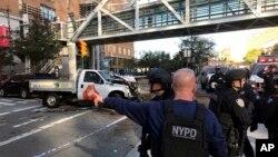 纽约警察局提供的照片显示,警察对关于纽约市曼哈顿下城的枪击案的报告做出反应(2017年10月31日)