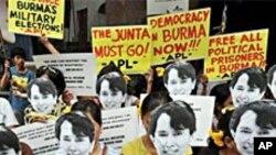សកម្មជនភូមាមកពីក្រុម Free Burma Coalition កាន់របាំងមុខរូបលោកស្រីអោងសាន ស៊ូជីមេដឹកនាំប្រជាធិតេយ្យប្រទេសភូមា នៅមុខស្ថានទូតភូមាក្នុងទីក្រុងម៉ានីល នៅខែវិច្ឆិកា ឆ្នាំ២០១០។