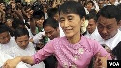 Pemimpin pro-demokrasi Birma, Aung San Suu Kyi bersama para pendukungnya dari partai Liga Nasional untuk Demokrasi (NLD).