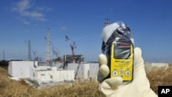 Một nhân viên đo mức phóng xạ gần nhà máy điện hạt nhân Fukushima, 28/2/2012