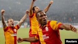 Didier Drogba dan dua rekannya dari klub Galatasaray merayakan kemenangan dalam pertandingan di Liga Champions Maret lalu (foto: dok).