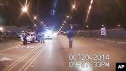 Hình ảnh lất từ video được cung cấp bởi sở cảnh sát Chicago cho thấy Laquan McDonald (phải) đi xuống đường trước khi bị cảnh sát bắn chết, ngày 20/10/2015.
