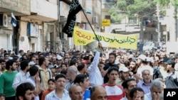 Warga Suriah meneriakkan slogan anti-pemerintah di wilayah Zabadani, dekat Damaskus, Suriah (18/5).