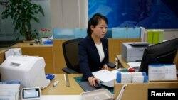 지난해 12월 개성공단 내 은행에서 북한 직원이 업무를 보고 있다.